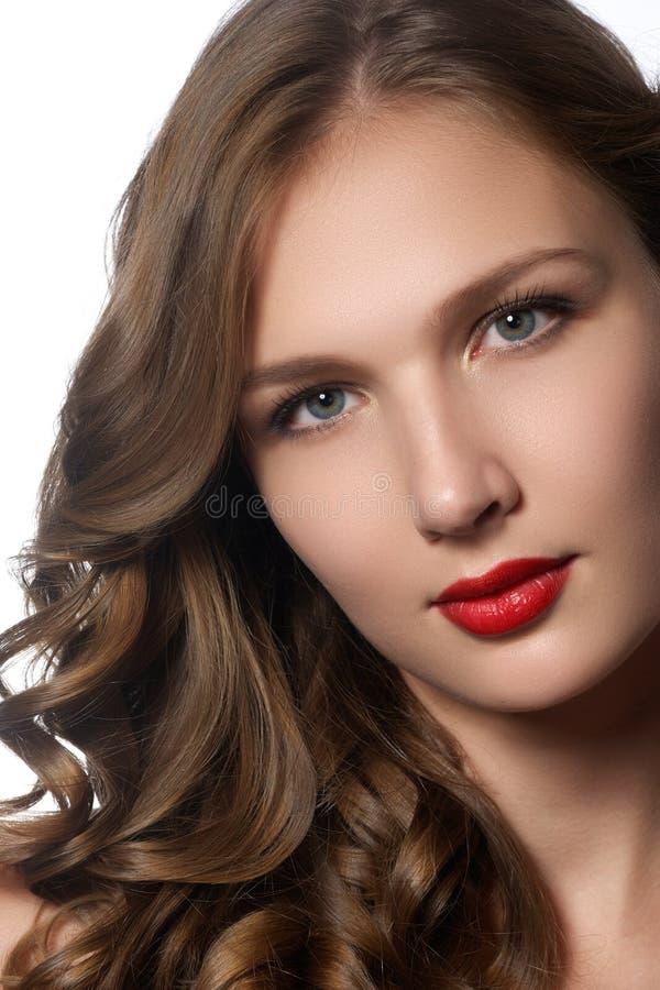 Mooie jonge vrouw met lang krullend haar Mooi modelverstand royalty-vrije stock foto's