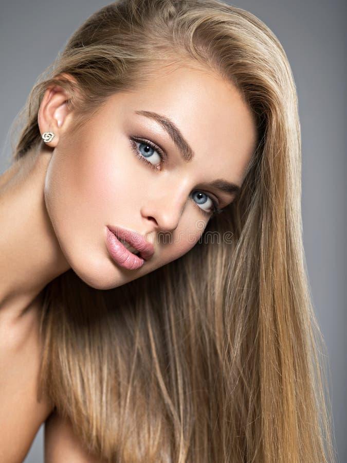 Mooie jonge vrouw met lange rechte haren royalty-vrije stock afbeeldingen