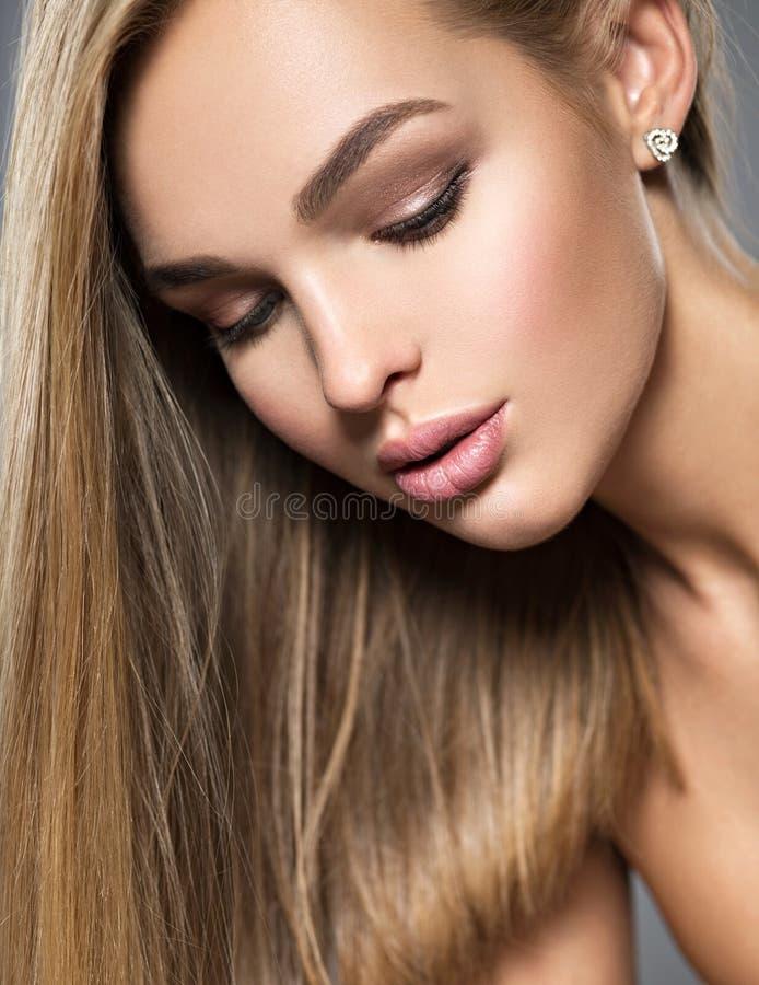 Mooie jonge vrouw met lange rechte haren royalty-vrije stock afbeelding