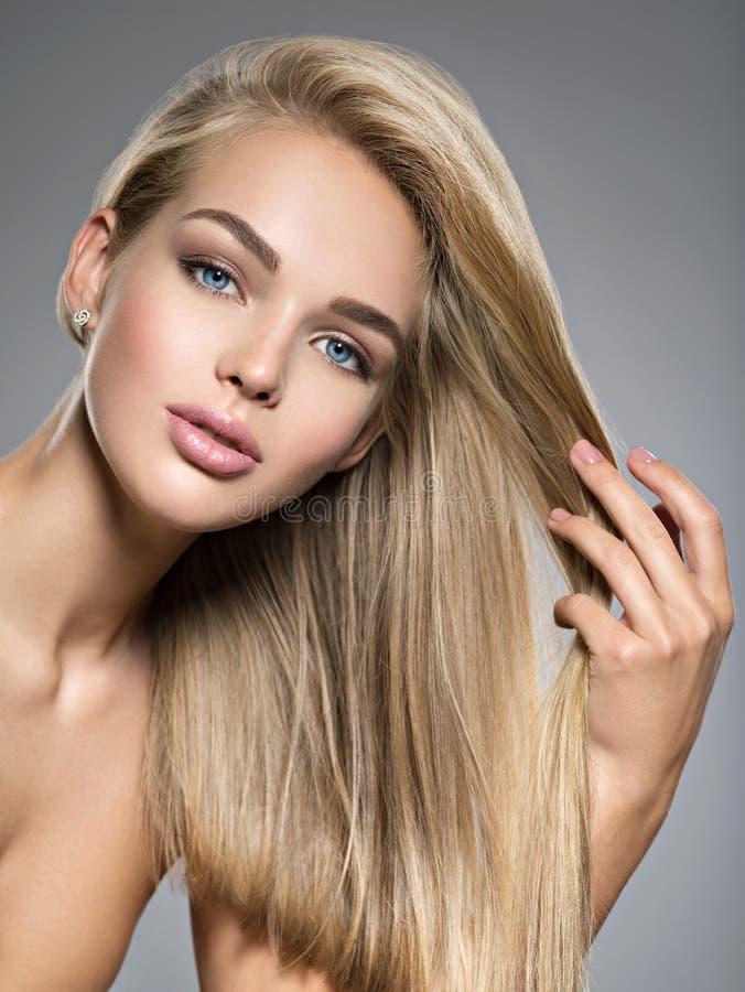Mooie jonge vrouw met lange rechte haren stock foto's