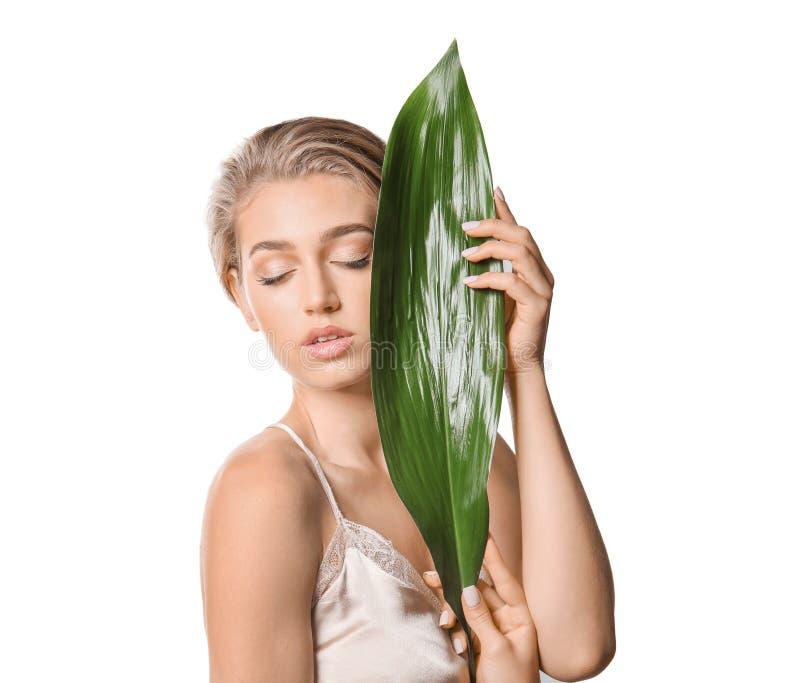 Mooie jonge vrouw met naakte make-up en tropisch blad op witte achtergrond royalty-vrije stock afbeeldingen