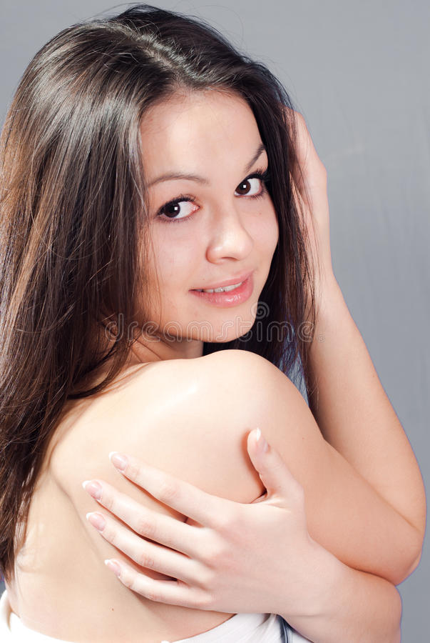 Mooie jonge vrouw met naakte schouder royalty-vrije stock afbeelding