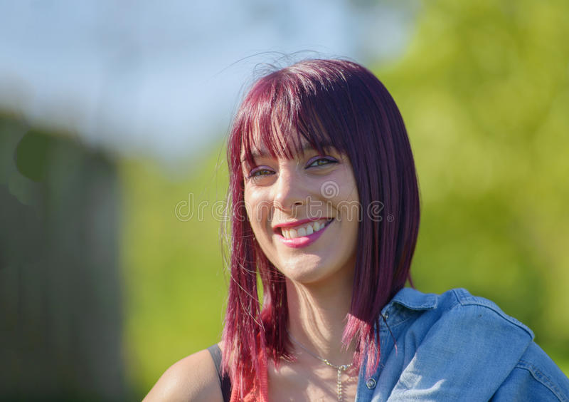 Mooie jonge vrouw met rood haar, in openlucht stock fotografie