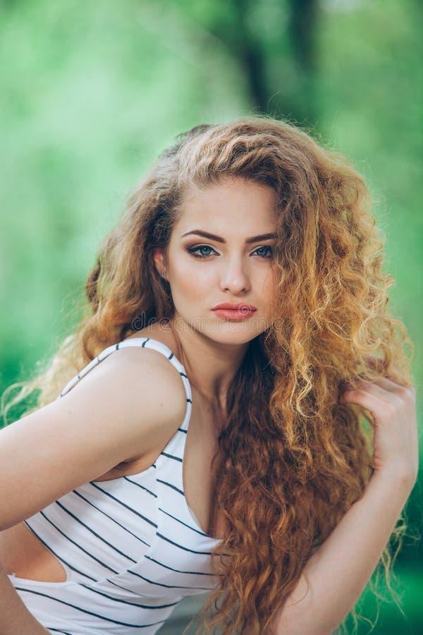 Mooie jonge vrouw met schitterende krullende markt royalty-vrije stock afbeeldingen