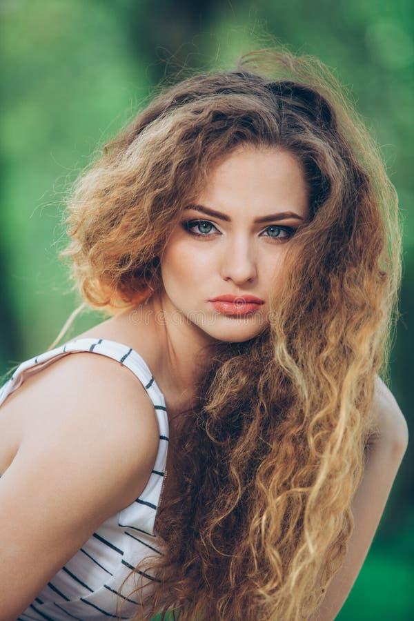 Mooie jonge vrouw met schitterende krullende markt royalty-vrije stock foto's