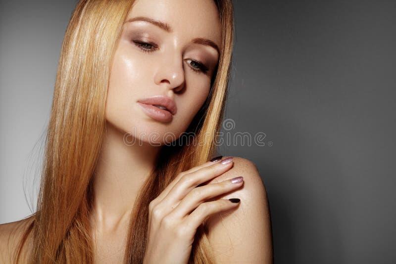 Mooie jonge vrouw met schone huid, mooi recht glanzend haar, maniermake-up Glamoursamenstelling, perfecte vormwenkbrauwen Por royalty-vrije stock fotografie