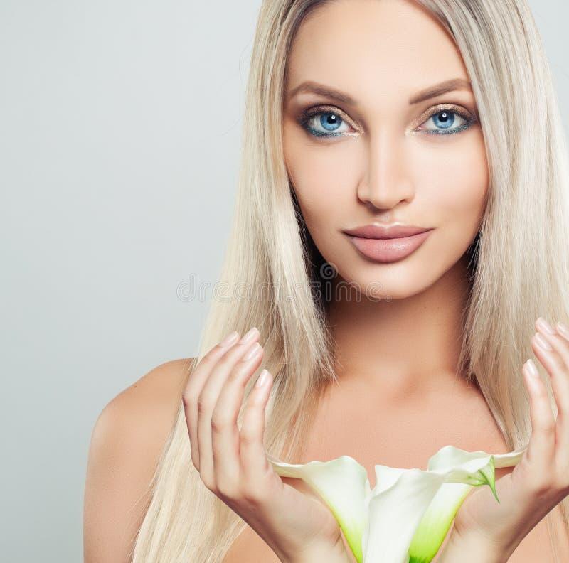 Mooie jonge vrouw met schone verse huid royalty-vrije stock afbeeldingen