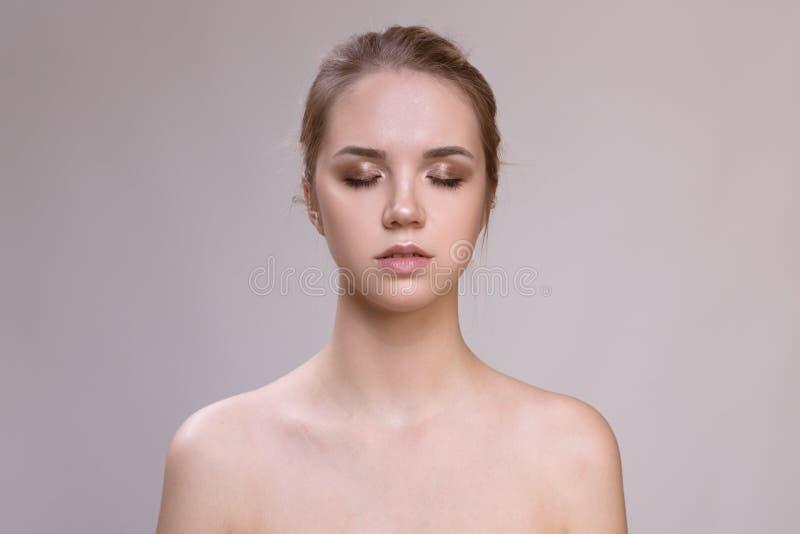 Mooie jonge vrouw met schone verse huid stock foto
