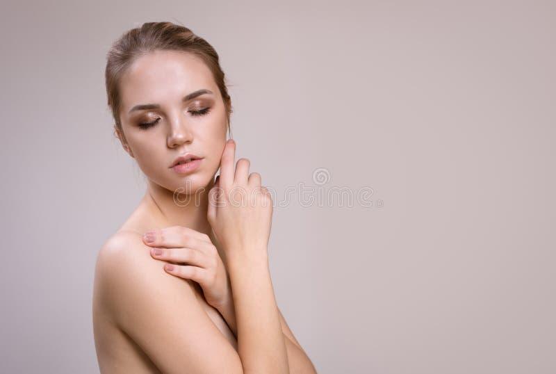 Mooie jonge vrouw met schone verse huid Gezichtsbehandeling stock foto