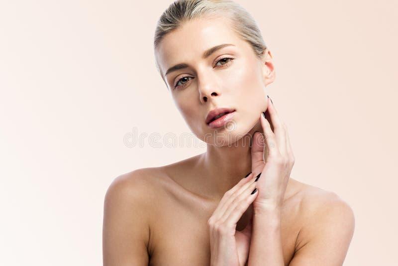 Mooie jonge vrouw met schone verse huid Het gezichtszorg van het schoonheidsmeisje Gezichtsbehandeling stock afbeeldingen