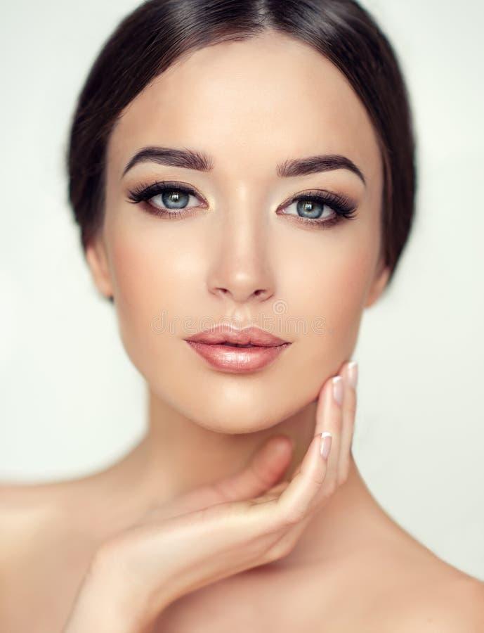 Mooie jonge vrouw met schone verse huid Schoonheidsmiddel en de kosmetiek royalty-vrije stock afbeeldingen