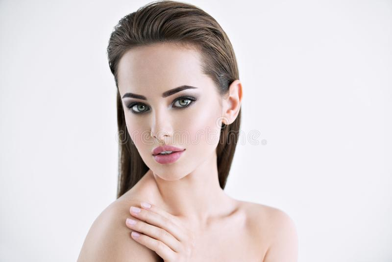 Mooie jonge vrouw met schoon gezicht stock afbeeldingen