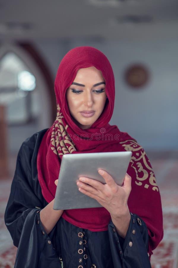 Mooie jonge vrouw met tabletcomputer binnen moskee royalty-vrije stock foto