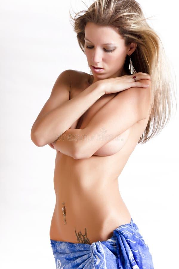 Mooie jonge vrouw met tatoegering royalty-vrije stock foto's