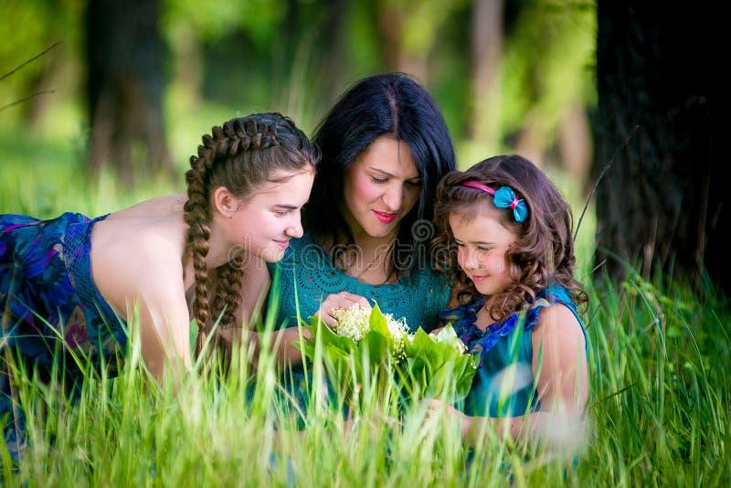 Mooie Jonge Vrouw met Twee Kinderen in het park stock fotografie
