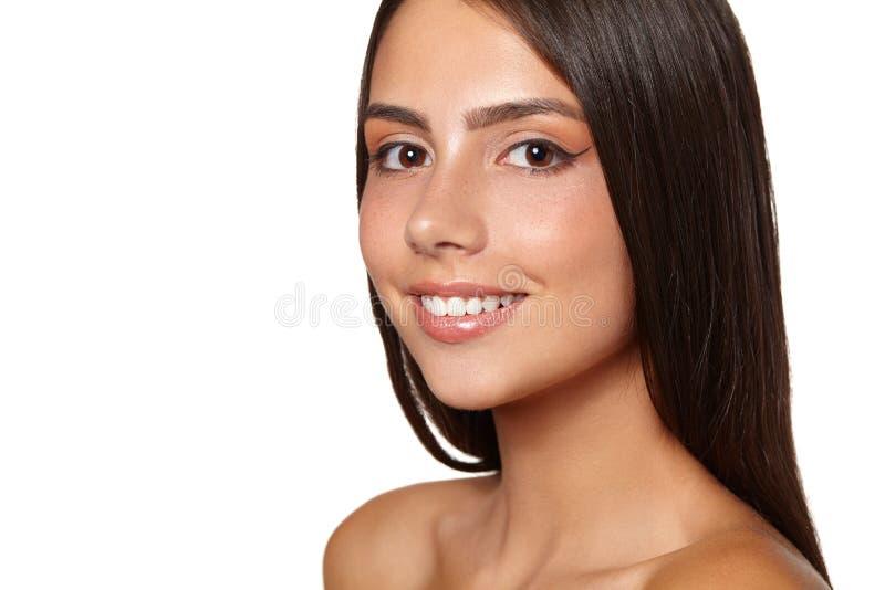 Mooie jonge vrouw met verse schone huid stock fotografie