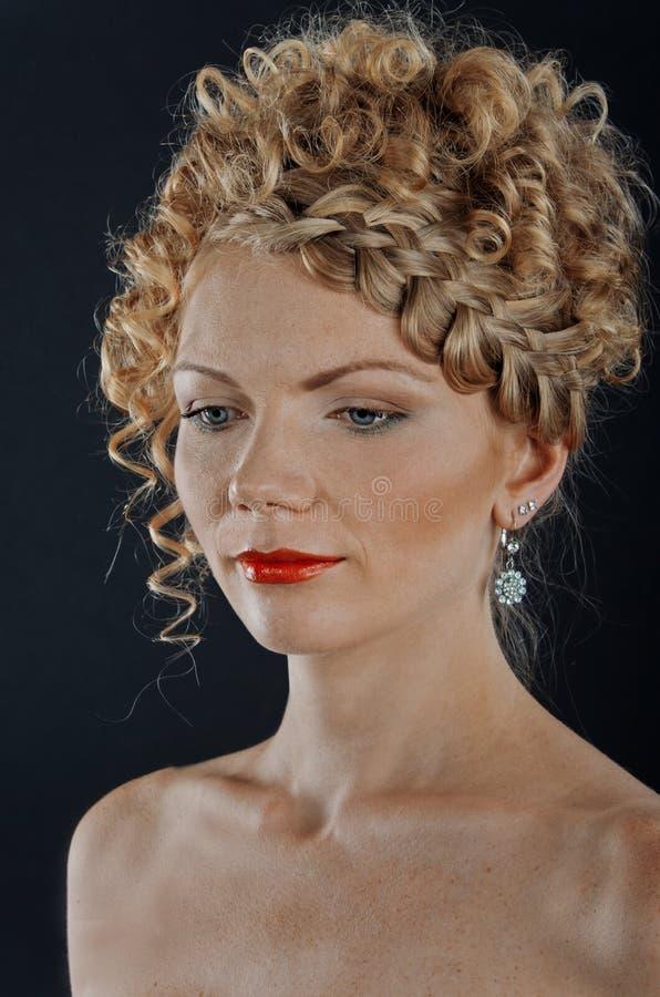 Mooie jonge vrouw met vlechtkapsel stock foto's