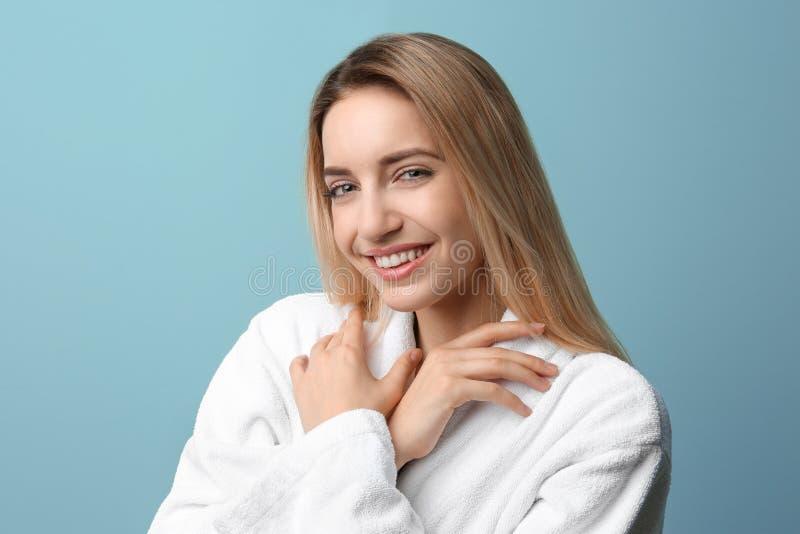 Mooie jonge vrouw met zijdeachtige huid stock afbeelding