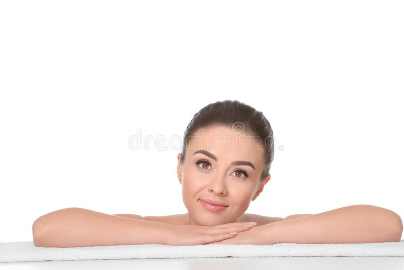 Mooie jonge vrouw met zijdeachtige huid na kuuroordbehandeling die op handdoek tegen witte achtergrond liggen royalty-vrije stock foto's