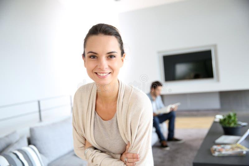 Mooie jonge vrouw in modern huis royalty-vrije stock foto
