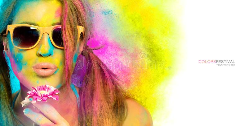 Mooie jonge vrouw omvat in regenboog gekleurd poeder Kleurenfestival Het concept van de schoonheidslente royalty-vrije stock fotografie
