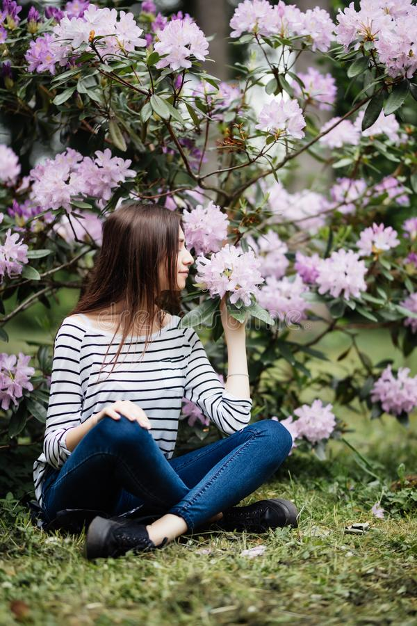 Mooie jonge vrouw onder de de lente purpere bloeiende takken royalty-vrije stock fotografie