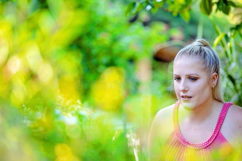Mooie Jonge Vrouw onder Tuingebladerte stock fotografie