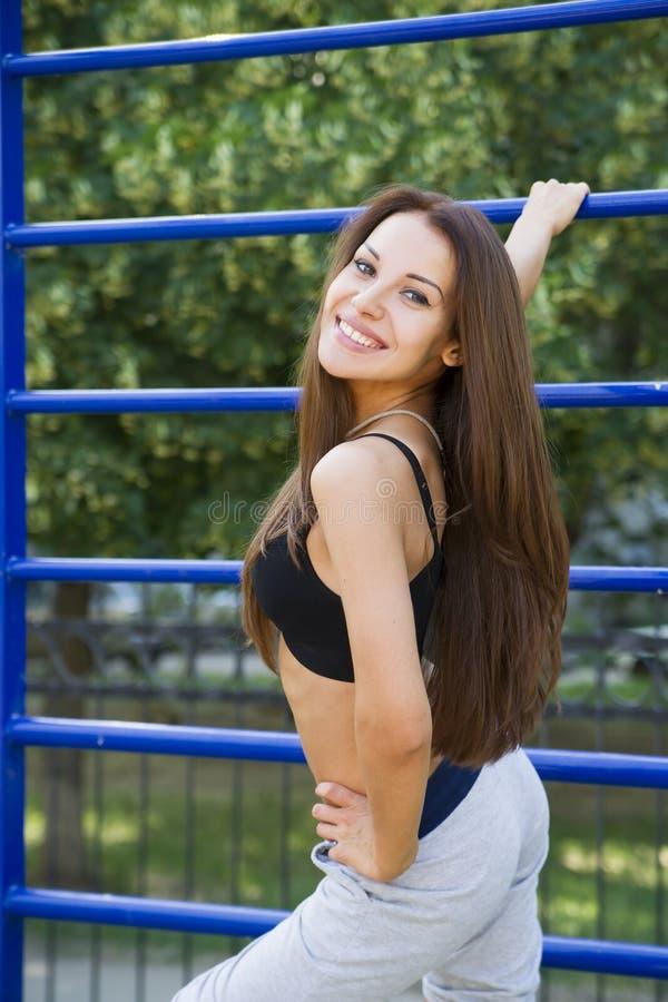 Mooie jonge vrouw op de sportengrond royalty-vrije stock fotografie