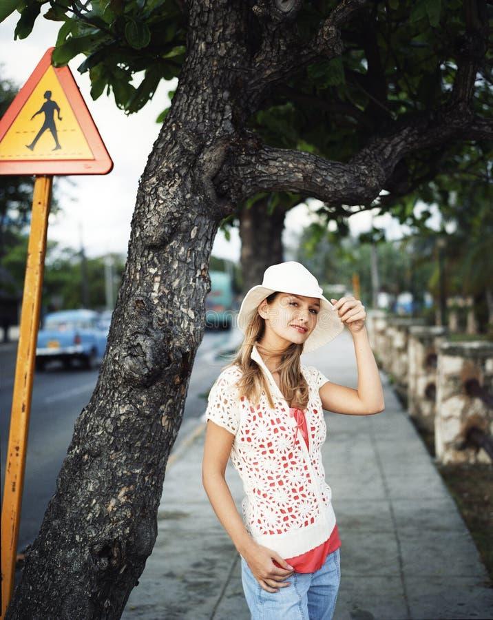 Mooie jonge vrouw op de straat stock afbeeldingen