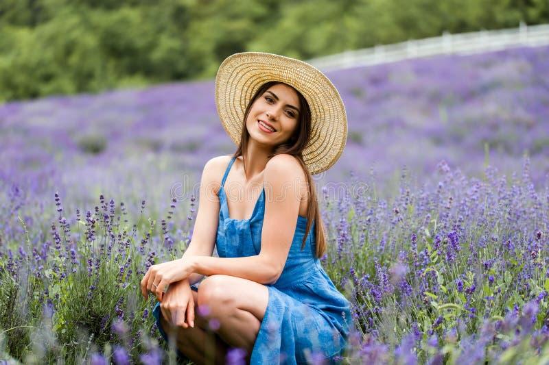 Mooie jonge vrouw op een lavendelgebied royalty-vrije stock afbeeldingen