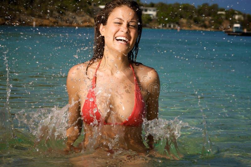 Mooie jonge vrouw op een strand. stock afbeeldingen