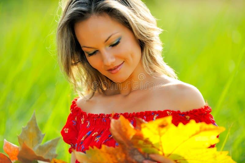 Mooie jonge vrouw op gebied royalty-vrije stock fotografie
