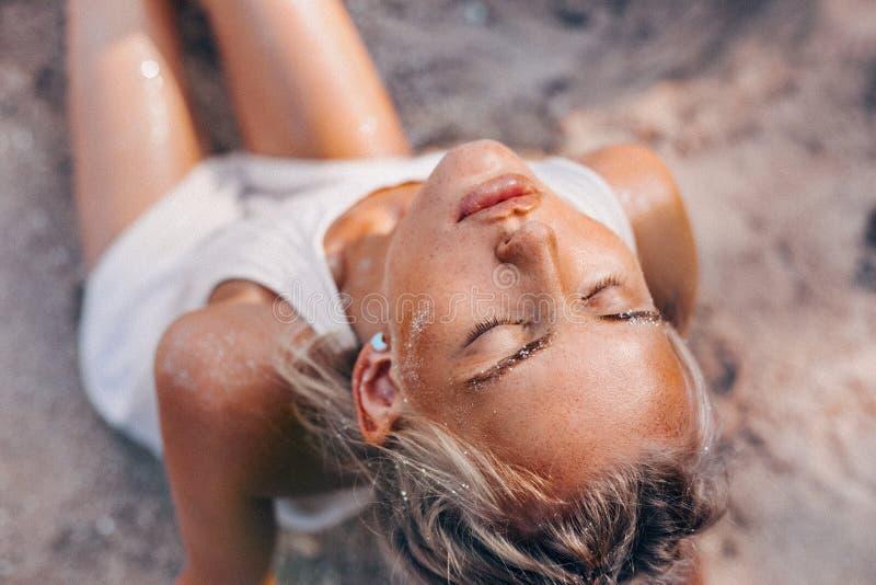 Mooie jonge vrouw op het strand dichte omhooggaande portret stock afbeeldingen