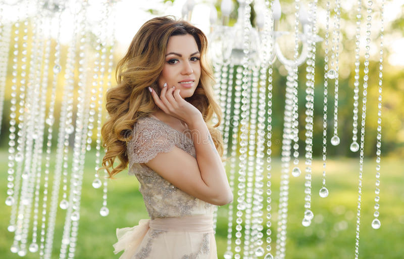 Mooie jonge vrouw op huwelijksdag royalty-vrije stock fotografie