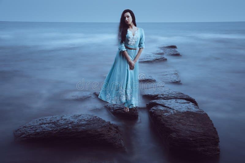 Mooie jonge vrouw op overzees stock afbeelding