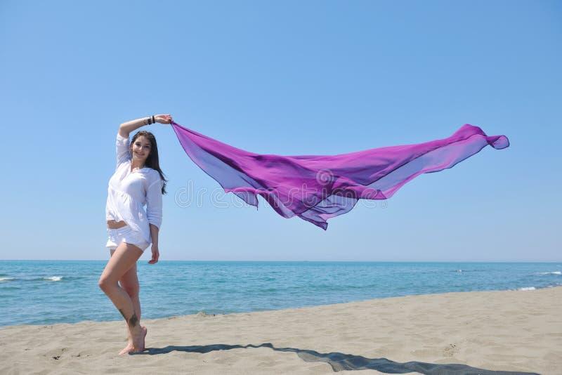 Mooie jonge vrouw op strand met sjaal royalty-vrije stock afbeeldingen
