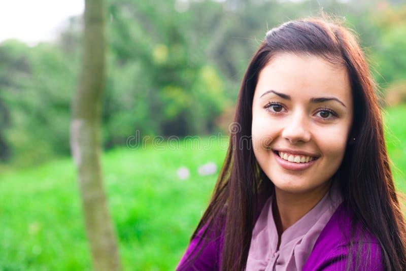 Mooie jonge vrouw openlucht stock foto