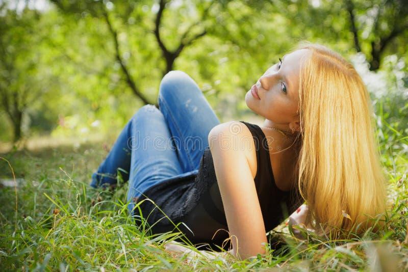 Mooie jonge vrouw in openlucht royalty-vrije stock afbeelding