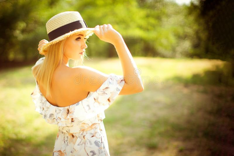 Mooie jonge vrouw openlucht op een de zomerdag stock fotografie