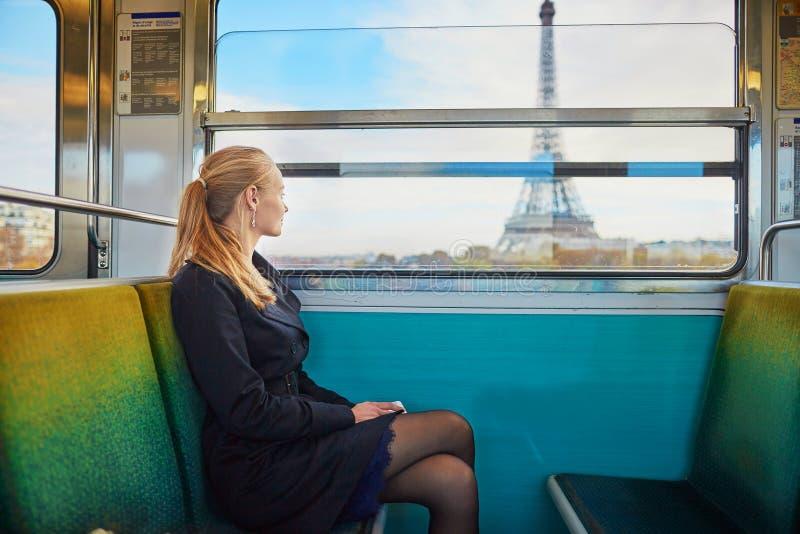 Mooie jonge vrouw in Parijse metro royalty-vrije stock foto's