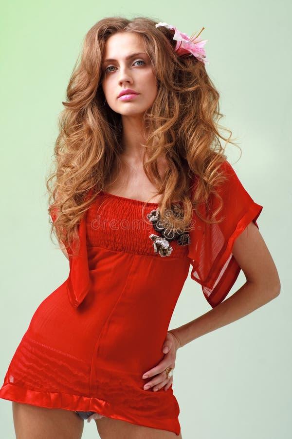 Mooie jonge vrouw in plotseling rode kleding royalty-vrije stock foto's