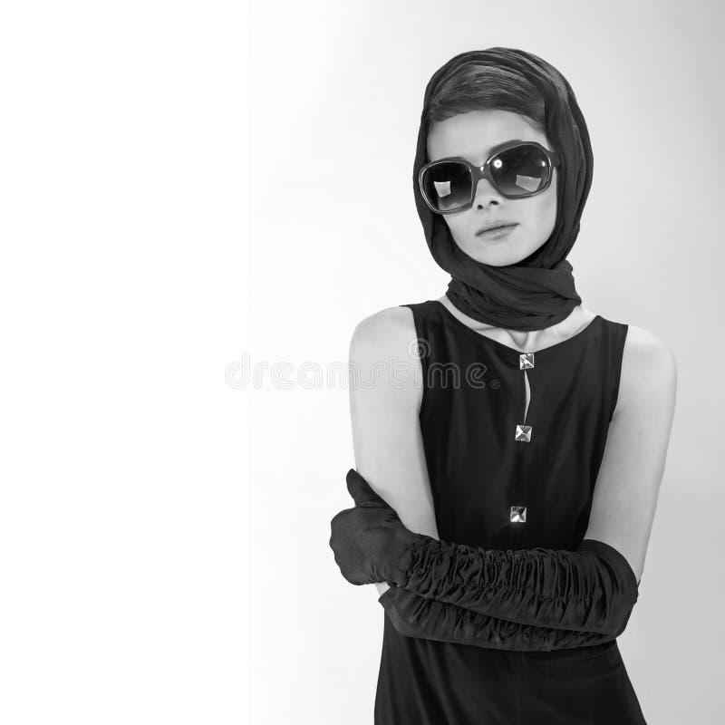 Mooie jonge vrouw in retro stijl royalty-vrije stock foto's