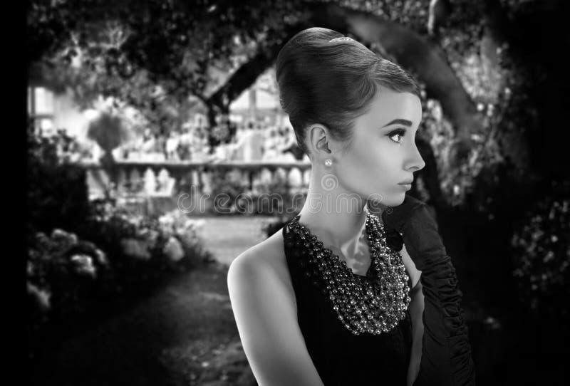 Mooie jonge vrouw in retro stijl in oude stad stock afbeelding