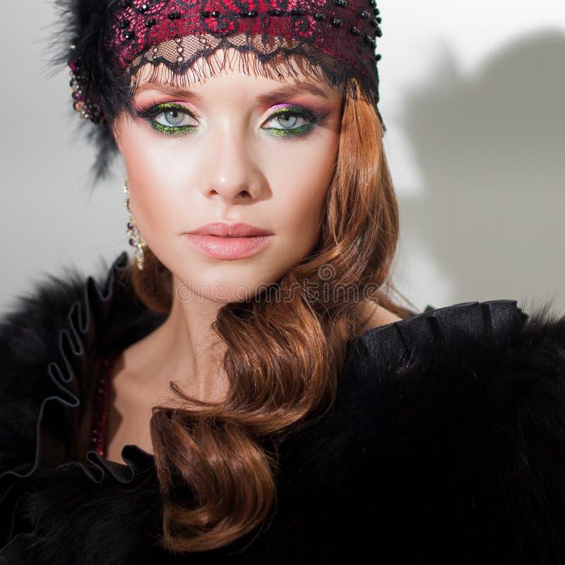 Mooie jonge vrouw in retro stijlkleding stock fotografie