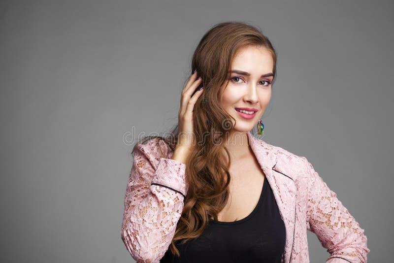 Mooie jonge vrouw in roze kantjasje stock foto