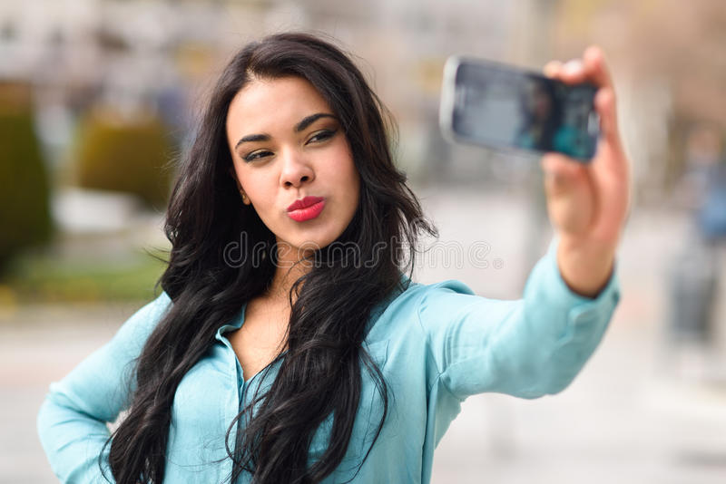 Mooie jonge vrouw selfie in het park royalty-vrije stock foto