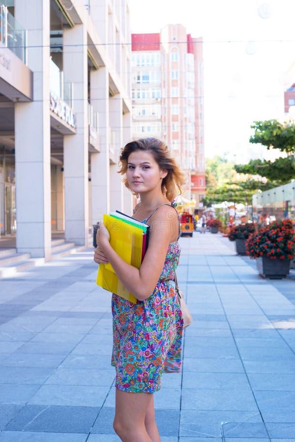 Mooie jonge vrouw, student in een grote stad royalty-vrije stock foto