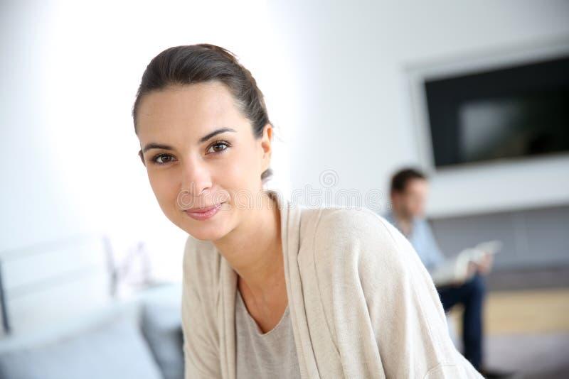 Mooie jonge vrouw thuis stock fotografie