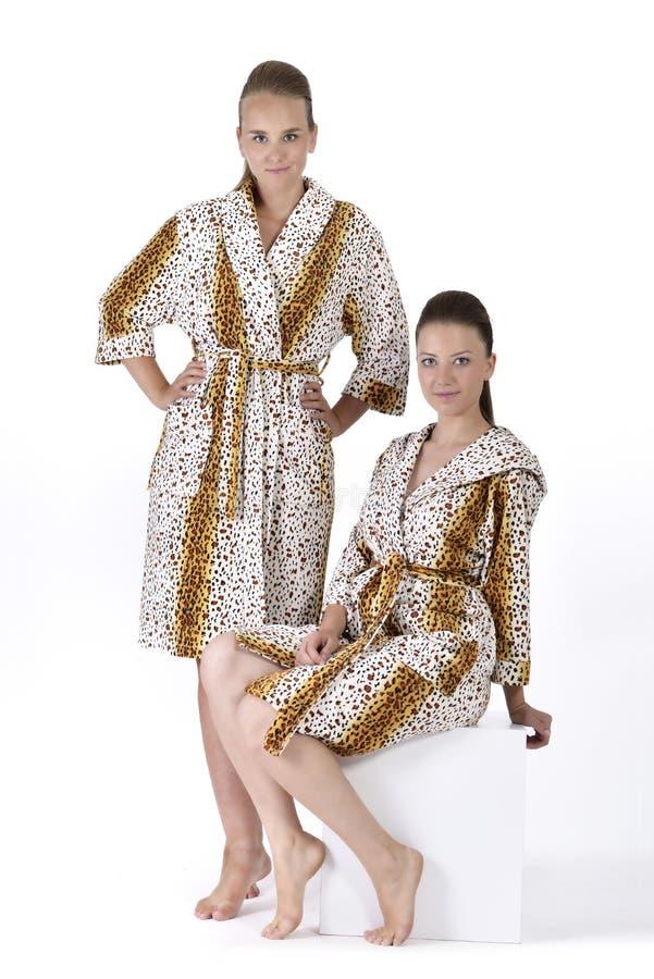 Mooie jonge vrouw twee in badjas stock fotografie