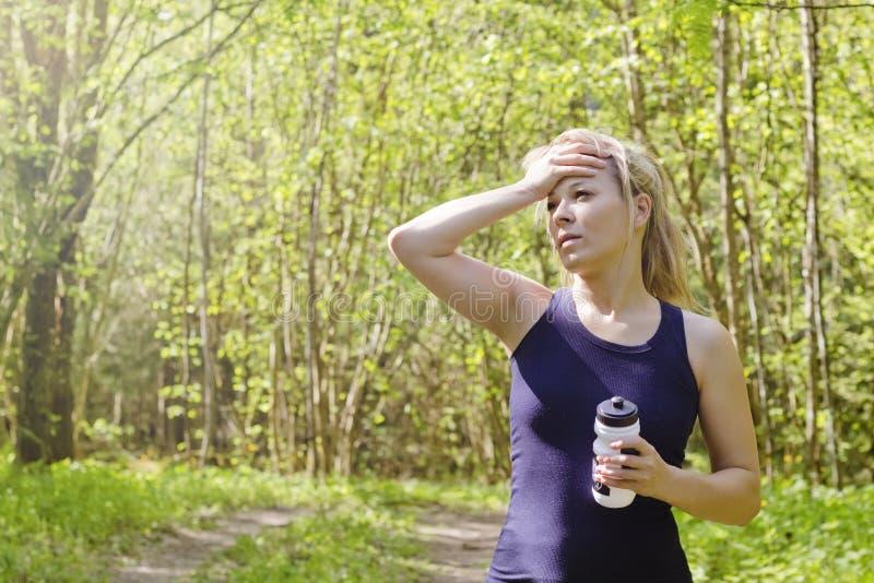 Mooie jonge vrouw uitgeput van de fitness van de training lopend jogging openlucht, gebonden, dorstig gevoel, de fitness openluch royalty-vrije stock foto